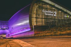 Terminal 2 d'aéroport de Dublin la nuit avec les traînées légères Photos stock