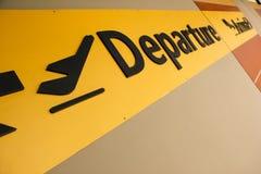 Terminal d'aéroport de signe d'arrivée de déviation Photographie stock libre de droits