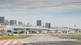 Terminal d'aéroport du ` s Santos Dumont de Rio de Janeiro et horizon du centre Images stock