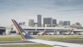 Terminal d'aéroport du ` s Santos Dumont de Rio de Janeiro et horizon du centre Photos libres de droits