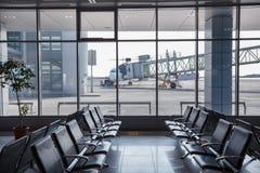 Terminal d'aéroport et avion garé Photographie stock