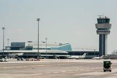 Terminal d'aéroport et tour de contrôle aérien Photographie stock libre de droits