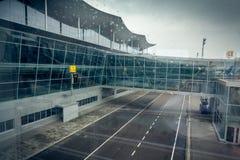 Terminal d'aéroport moderne à Kiev au jour nuageux Image stock