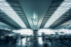 Terminal d'aéroport urbain avec les passagers de précipitation Image libre de droits