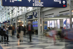 Terminal d'aéroport occupé Photos stock