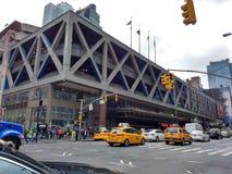 Terminal de ônibus da autoridade portuária, PABT, tráfego na 8a avenida, NYC, NY, EUA imagens de stock