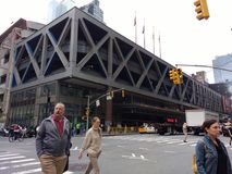 Terminal de ônibus PABT da autoridade portuária, avenida do cruzamento de pedestres 8a, NYC, NY, EUA fotografia de stock