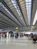 Terminal de aeroporto com povos Fotografia de Stock Royalty Free