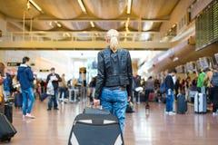 Terminal de aeroporto de passeio do viajante fêmea imagem de stock