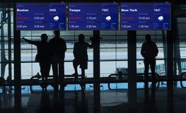 Terminal de aeroporto que espera em voos cancelados fotografia de stock royalty free