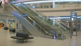 Terminal de aeroporto vazio na noite, escada rolante vazia na alameda filme