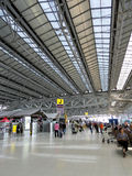 Terminal de aeropuerto con la gente Fotografía de archivo libre de regalías