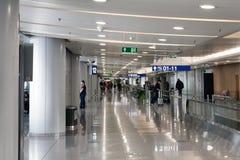Terminal de aeropuerto, con los pasajeros estando sin hacer nada, internacional imágenes de archivo libres de regalías