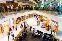 Terminal de aeropuerto de Dubl?n, Irlanda, mayo de 2019 Dubl?n 1, gente que acomete para sus vuelos imagen de archivo libre de regalías