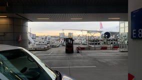 Terminal de aeropuerto internacional de Francfort 2 con el avión y el cargo almacen de video
