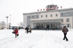 Terminal de aeropuerto Petravlosk-Kamchatsky (aeropuerto de Yelizovo) y cuadrado de la estación con los pasajeros foto de archivo libre de regalías