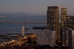 Terminal de bac de San Francisco et au centre ville au crépuscule Photo libre de droits