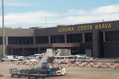 Terminal de Barcelone, Espagne et vue de signe d'aéroport de Gérone Costa Brava de l'intérieur d'avion Photos libres de droits