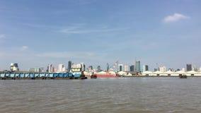 Terminal de bateau et de récipient dans le temps de jour à Bangkok banque de vidéos
