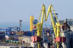 Terminal de contenedores del puerto marítimo de Odessa, Ucrania, eje del transporte Imagen de archivo