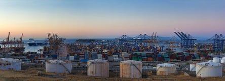 Terminal de contenedores en la oscuridad, Grecia de Cosco Foto de archivo
