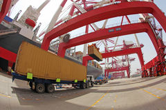 Terminal de contenedores portuaria de China Qingdao Fotos de archivo libres de regalías