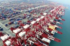Terminal de conteneur gauche de la Chine Qingdao Photos stock