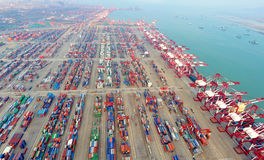 Terminal de conteneur gauche de la Chine Qingdao Image stock