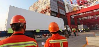 Terminal de conteneur gauche de la Chine Qingdao images libres de droits
