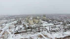 Terminal de grain pendant la saison d'hiver élévateur à grains couvert de neige dans les zones rurales Un bâtiment pour sécher et photos libres de droits