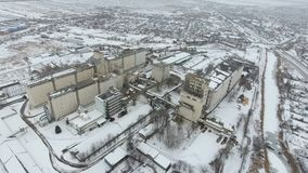 Terminal de grain pendant la saison d'hiver élévateur à grains couvert de neige dans les zones rurales Un bâtiment pour sécher et photo stock