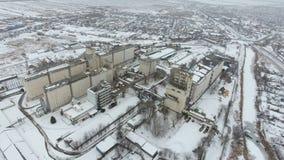 Terminal de grain pendant la saison d'hiver élévateur à grains couvert de neige dans les zones rurales Un bâtiment pour sécher et photo libre de droits