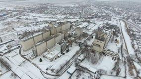 Terminal de grain pendant la saison d'hiver élévateur à grains couvert de neige dans les zones rurales Un bâtiment pour sécher et images libres de droits