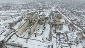 Terminal de grain pendant la saison d'hiver élévateur à grains couvert de neige dans les zones rurales Un bâtiment pour sécher et photographie stock