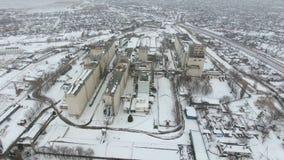 Terminal de grain pendant la saison d'hiver élévateur à grains couvert de neige dans les zones rurales Un bâtiment pour sécher et image stock