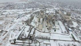 Terminal de grain pendant la saison d'hiver élévateur à grains couvert de neige dans les zones rurales Un bâtiment pour sécher et images stock