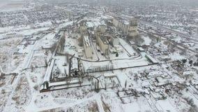 Terminal de grain pendant la saison d'hiver élévateur à grains couvert de neige dans les zones rurales Un bâtiment pour sécher et photographie stock libre de droits