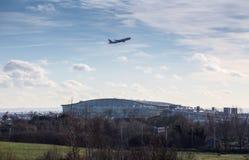 Terminal 5 de Heathrow con el lanzamiento de los aviones Imagen de archivo