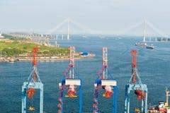 Terminal de la grúa en el puerto ruso Vladivostok foto de archivo libre de regalías