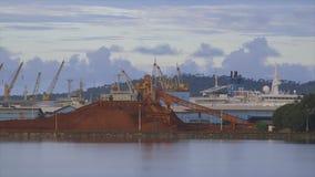 Terminal de la mina del alúmina de la bauxita, puerto Guinea de Conakry almacen de metraje de vídeo