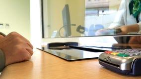 Terminal de la tarjeta de crédito en el banco almacen de video