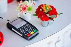 Terminal de la tarjeta de crédito en la tabla blanca Imagenes de archivo
