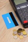 Terminal de paiement avec la carte de crédit et argent de poli sur le bureau, concept de finances Photos libres de droits