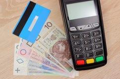 Terminal de paiement avec la carte de crédit et argent de poli sur le bureau, concept de finances Photos stock