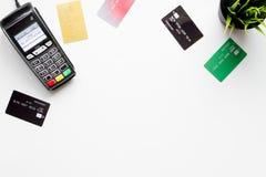Terminal de paiement avec la carte sur la vue supérieure de fond blanc photo stock