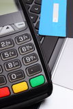 Terminal de paiement et carte de crédit sur le clavier d'ordinateur portable, concept de finances Photographie stock