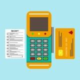 Terminal de position avec la carte de crédit insérée et le reçu imprimé Photo stock