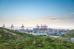 terminal de récipient au crépuscule au port d'eau profonde de Changhaï Photos stock