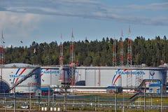 Terminal de stockage d'huile, ferme de réservoir de dépôt de pétrole d'Ust-Luga images libres de droits