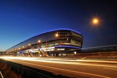Terminal de train d'aéroport de Francfort dans la nuit Photographie stock libre de droits